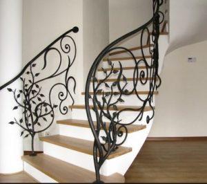 , Особенности и достоинства кованых лестниц